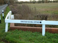 Long_white_sign_to_cottage_3