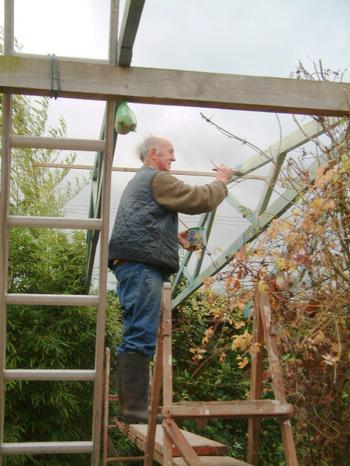 John_painting_the_frames